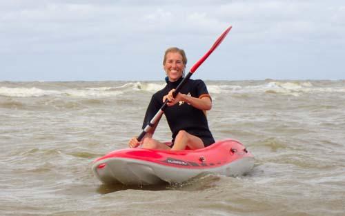 branding kajak. vecht je zelf door de branding van Zandvoort. Surf de golfen weer terug naar de kust op je kano. branding Kajak