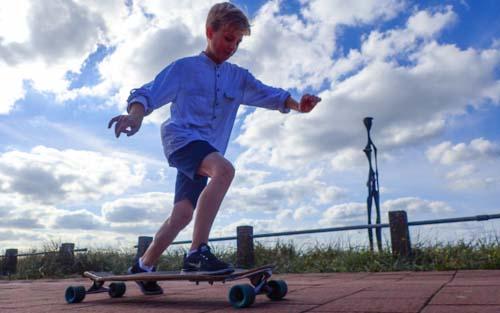 Longboarden/ skateboarden. Longboard op de boulevard van Zandvoort. ontdek plekken waar je anders nooit komt met je groep. Longboarden Zandvoort