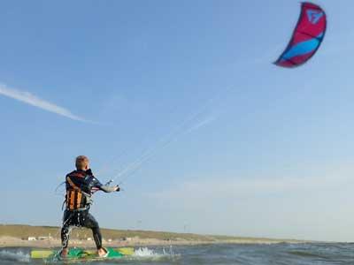 kitesurf cursus de 3 daagse kitesurf cursussen is geweldig dat je leert kitesurfen bijkijk ons aanbod! Kitesurfschool Zandvoort, Schellinkhout, Muiderberg, Medemblik VDWS & IKO
