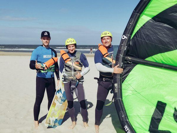 Introductie kitesurfles Zandvoort. Leer de basis van het kitesurfen in Zandvoort. Met de 3 uur durende kitesurfles leren we je de kitecontrole en de kite optuigen.